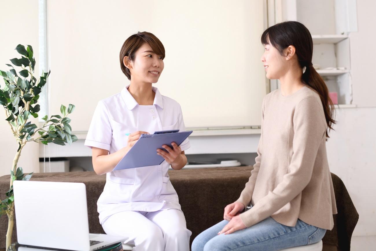 美容クリニックで毛穴治療について説明を受ける女性